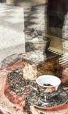 Molino de café de madera viejo con las habas de Coffe Fotos de archivo libres de regalías