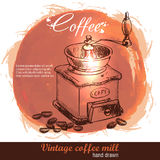 Molino de café dibujado mano del vintage con la porción de granos de café Fotografía de archivo libre de regalías