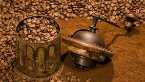 Molino de café y granos de café Imagenes de archivo