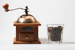 Molino de café y granos de café imágenes de archivo libres de regalías
