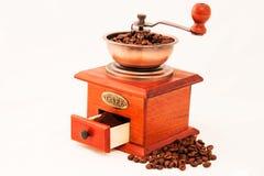 Molino de café y taza de café retros en el backgrownd blanco Imágenes de archivo libres de regalías