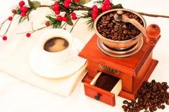 Molino de café y taza de café retros en el fondo blanco Fotos de archivo libres de regalías
