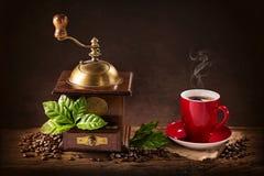 Molino de café y una taza de café Imágenes de archivo libres de regalías