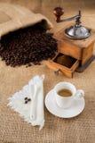 Molino de café y una taza de café Foto de archivo