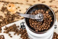 Molino de la amoladora de café del vintage con los granos de café Foto de archivo