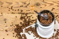Molino de la amoladora de café del vintage con los granos de café Foto de archivo libre de regalías