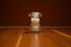 Molino de la sal en la tabla de madera Imagenes de archivo