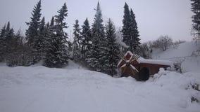 Molino de madera en invierno y humo del horno almacen de metraje de vídeo