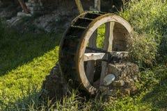 Molino de madera viejo de la rueda de agua Fotografía de archivo libre de regalías