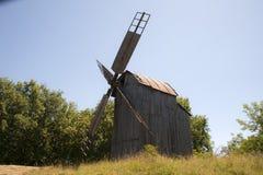 Molino de madera viejo El mecanismo interno de cómo el molino de viento funciona foto de archivo libre de regalías