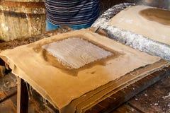 Molino de papel antiguo Viejo proceso tradicional de la producción de papel Fotos de archivo libres de regalías