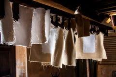 Molino de papel antiguo Viejo proceso tradicional de la producción de papel Imagen de archivo libre de regalías