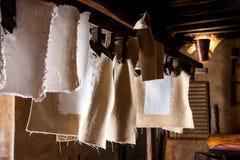 Molino de papel antiguo Viejo proceso tradicional de la producción de papel Imagen de archivo