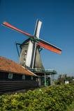 Molino de viento activo en un día soleado, Países Bajos Imagen de archivo