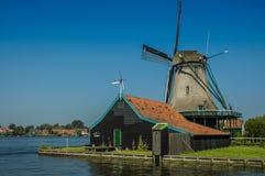 Molino de viento activo en un día soleado, Países Bajos Fotos de archivo