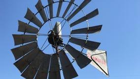 Molino de viento de Aermotor del vintage que hace girar en la brisa en una granja
