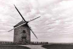 Molino de viento antiguo del grano en la colina del campo Fotos de archivo