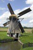 Molino de viento antiguo en campo holandés Imágenes de archivo libres de regalías
