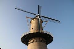 Molino de viento antiguo en el centro de ciudad de Schiedam en los Países Bajos fotografía de archivo
