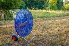 Molino de viento azul para llenar un globo del aire caliente imagenes de archivo