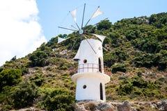 Molino de viento blanco tradicional en Grecia fotografía de archivo libre de regalías