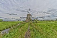 Molino de viento cerca del canal del agua en Países Bajos Fotografía de archivo libre de regalías
