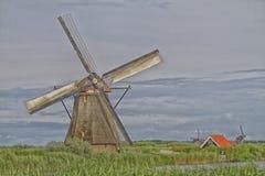 Molino de viento cerca del canal del agua en Países Bajos Imagenes de archivo