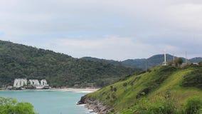 Molino de viento cerca del mar, del centro turístico y de la playa almacen de video
