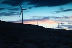 Molino de viento con la configuración del sol detrás de Francia Fotografía de archivo