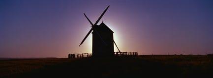 Molino de viento con la configuración del sol detrás de Francia Fotografía de archivo libre de regalías