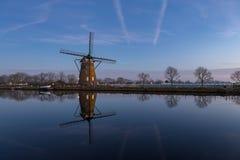 Molino de viento con la reflexión en el agua en Nieuwe Wetering Fotos de archivo libres de regalías