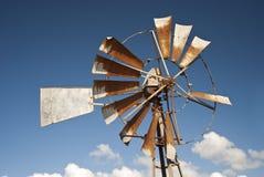 Molino de viento con los cielos azules de arriba imagenes de archivo