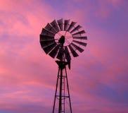 Molino de viento contra el cielo dramático Foto de archivo libre de regalías
