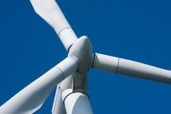 Molino de viento contra un cielo azul Fotos de archivo libres de regalías