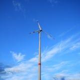 Molino de viento contra un cielo azul Foto de archivo