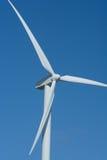 Molino de viento contra un cielo azul Fotos de archivo