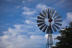 Molino de viento contra un cielo azul profundo imagen de archivo