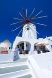 Molino de viento de la aldea de Oia en la isla de Santorini Foto de archivo libre de regalías