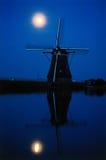Molino de viento de la luz de luna imágenes de archivo libres de regalías