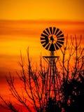 Molino de viento de la salida del sol fotos de archivo libres de regalías