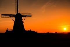 Molino de viento de la silueta Fotos de archivo libres de regalías