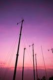 Molino de viento de la turbina en puesta del sol Fotografía de archivo