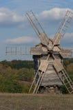 Molino de viento de madera. Bosque otoñal. Imagen de archivo libre de regalías