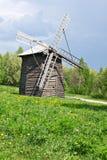 Molino de viento de madera de antaño imágenes de archivo libres de regalías