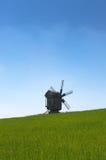 Molino de viento de madera en el campo. Fotografía de archivo