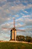 Molino de viento de madera en los campos de Flandes. Fotografía de archivo libre de regalías