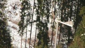Molino de viento de madera que hace girar en el viento en invierno almacen de video