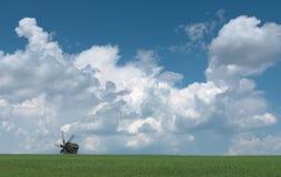 Molino de viento de madera viejo en el horizonte. Imagenes de archivo