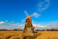 Molino de viento de madera viejo holandés tradicional en Zaanse Schans - museo Imágenes de archivo libres de regalías