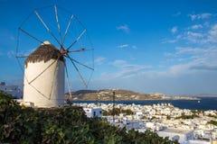 Molino de viento de Mykonos y del horizonte con el cielo azul, Grecia Foto de archivo